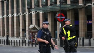 Dos policías patrullan en el centro de Londres.