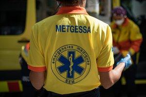 17/04/2020 Dos técnicos del Sistema de Emergencias Médicas (SEM) de la Generalitat de Cataluña mueven una camilla junto a una ambulancia durante un servicio y limpieza de EPIs, en Barcelona/Catalunya (España) a 19 de abril de 2020.