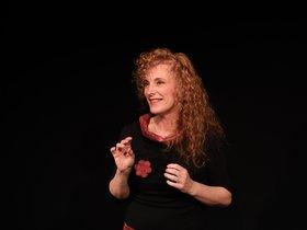 Cristina Serrat juega con la entonación y hace participar al público.