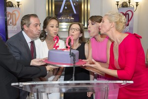 Eladio Jareño, Isabel Preysler, Carmina Jaro, Carolina Casado y Anne Igartiburu soplan las velas de la tarta del 20º aniverario de 'Corazón'.