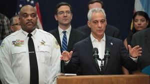 Emanuel (derecha) junto al superintendente de la policía de Chicago, Eddie Johnson, el 7 de agosto.