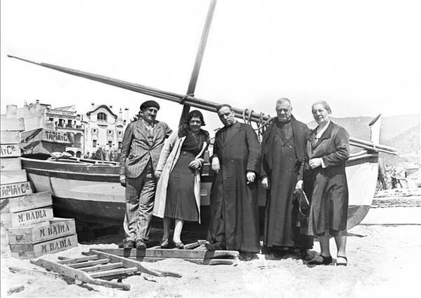 Una familia, en una playatal vez del Maresme. El clero aporta un plus de respetabilidad.