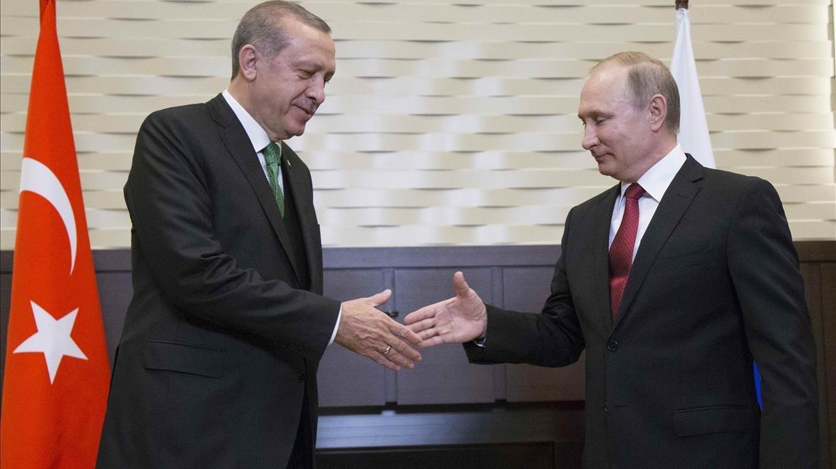 Erdogan (izquierda) da la mano a Putin durante su encuentro en Sochi (Rusia), el 3 de mayo.