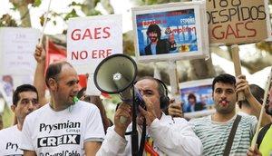 Manifestación de trabajadores de la industria catalana afectados por despidos colectivos, frente al Parlament.