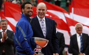 Fabio Fognini sostiene el trofeo de campeón de Montecarlo junto al príncipe Alberto de Mónaco