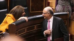 La ministra de Empleo, Fátima Báñez, y el ministro de Hacienda, Cristóbal Montoro, en un pleno del Congreso.