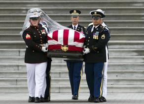 El féretro con los restos de John McCain sale del Capitolio hacia la catedral de Washington.