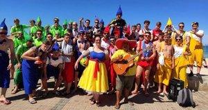 Blancanieves y decenas de enanitos: la juerga viral de un equipo de fútbol en Mallorca