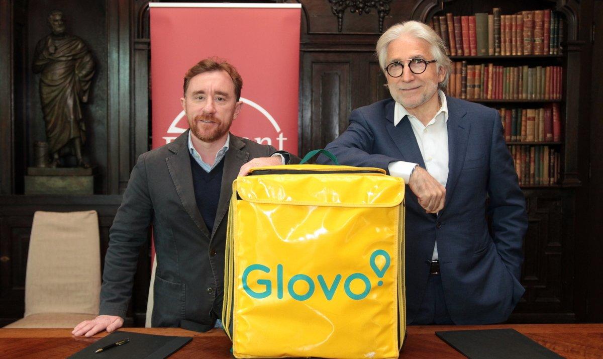 El co fundador de Glovo,Sacha Michaud (izquierda), junto al presidente de Foment del Treball, Josep Sánchez Llibre (derecha).