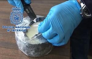 Agentes de la policía española encuentran la droga escondida dentro del queso.