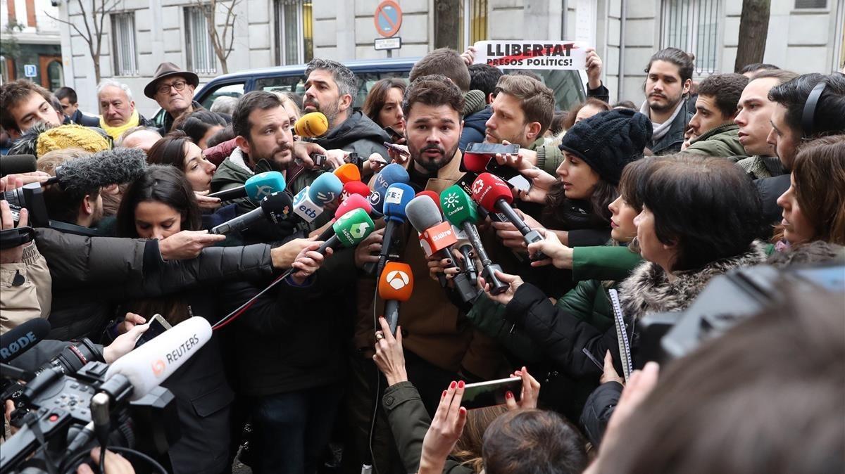 Gabriel Rufián durante sus declaraciones a la prensa, frente a las puertas del Tribunal Supremo.