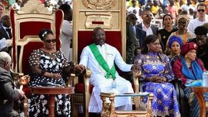 George Weah en el acto de juramento como presidente de Liberiajunto a la presidenta saliente,Ellen Johnson Sirleaf (izquierda), y la nueva vicepresidenta,Jewel Taylor.