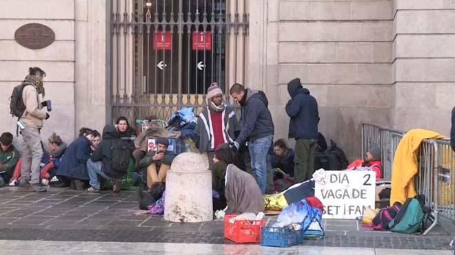 Un grupo de jóvenes continúa en la plaza de Sant Jaume de Barcelona tras el desalojo.