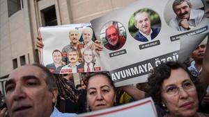 Un grupo de manifestantes muestran imágenes de periodistas del diario opositor Cumhuriyet, en una protesta en Estambul, el 28 de julio.