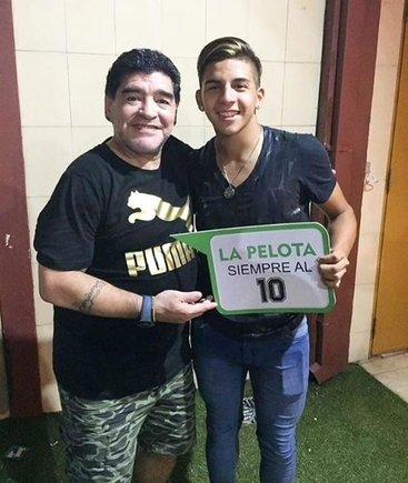 Diego Armando Maradona junto a Hernán López Maradona, su sobrino que debutó en River Plate con un gol.
