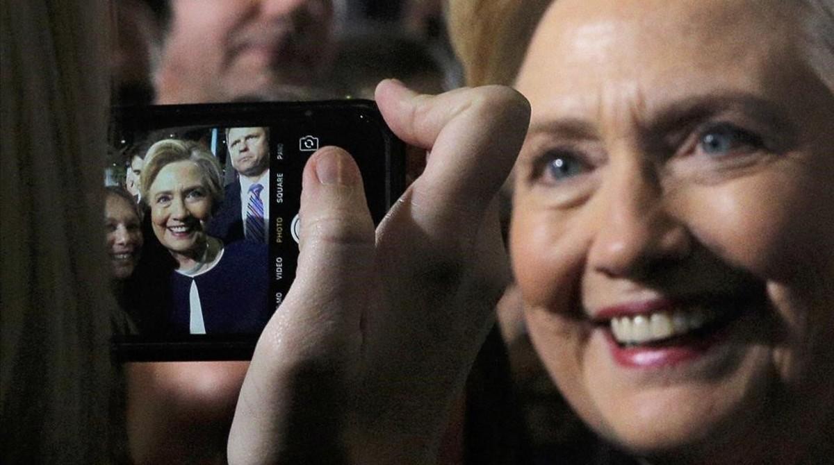 Hillary Clinton posa para una de sus seguidoras en un acto de campaña en Pittsburgh.