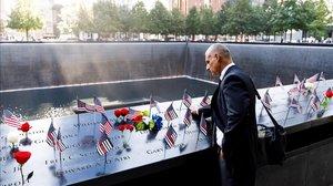 Un hombre acaricia los nombres grabados de los bomberos fallecidos en la parte sur del recordatorio a las víctimas del 11 de septiembre durante la ceremonia del 18º aniversario de la masacre.