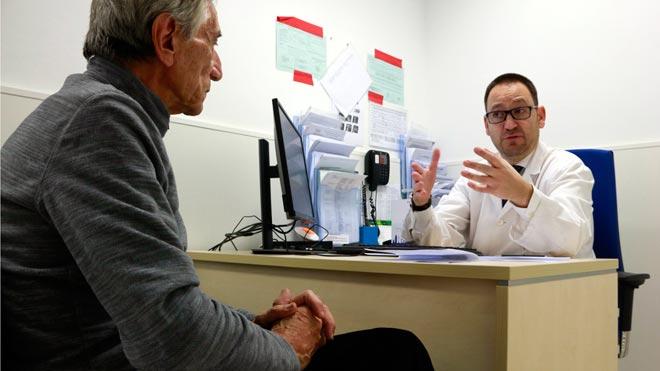 El Hospital Clínic opera tumores renales con una técnica pionera que evita la diálisis. En la imagen, un paciente al que se le ha quitado un tumor del riñón con esta técnica.