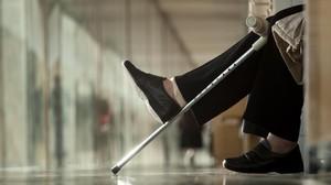 Imagen de archivo de una persona con muleta en la sala de espera del Hospital del Mar
