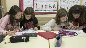 Estudiantes de la Escola del Mar de Barcelona hacen los deberes en el colegio.