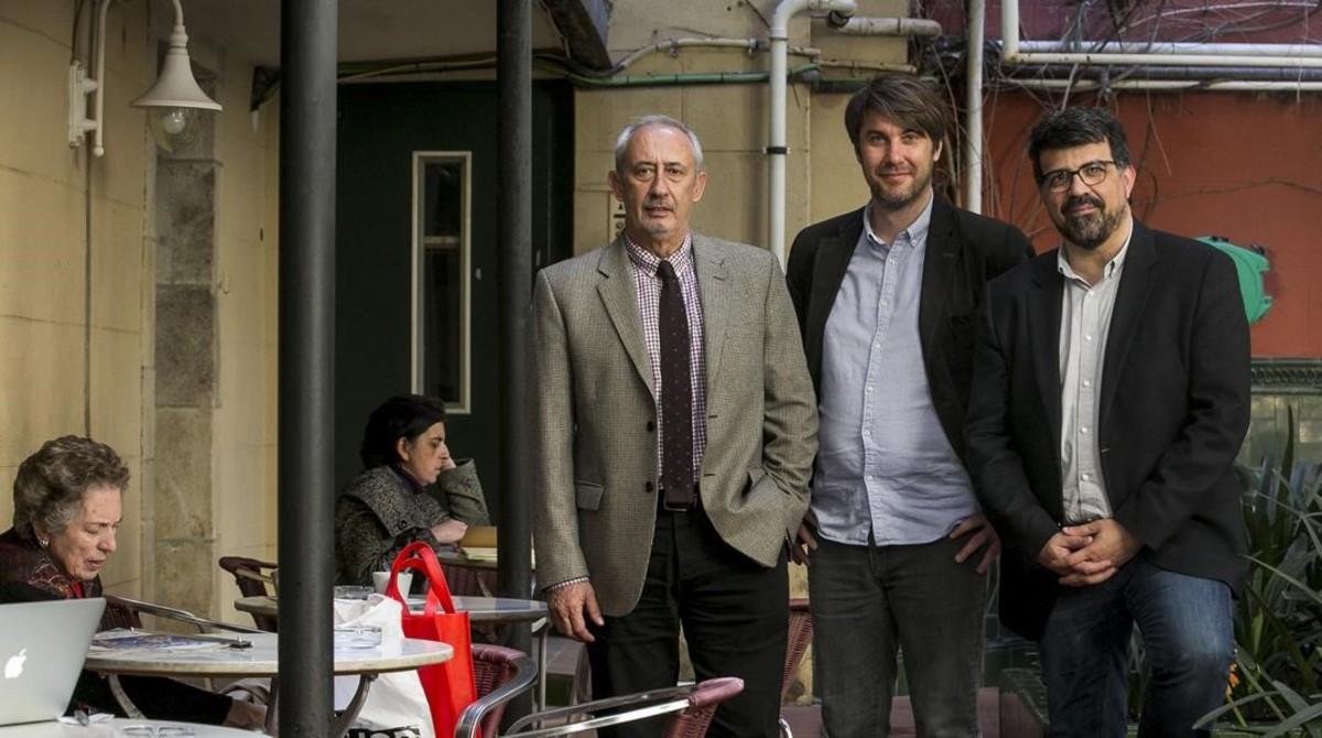 JordiCasassas, Bernat Dedéu y Genís Roca, la mañana del martes en el patio del Ateneu Barcelonès, en la calle Canuda.