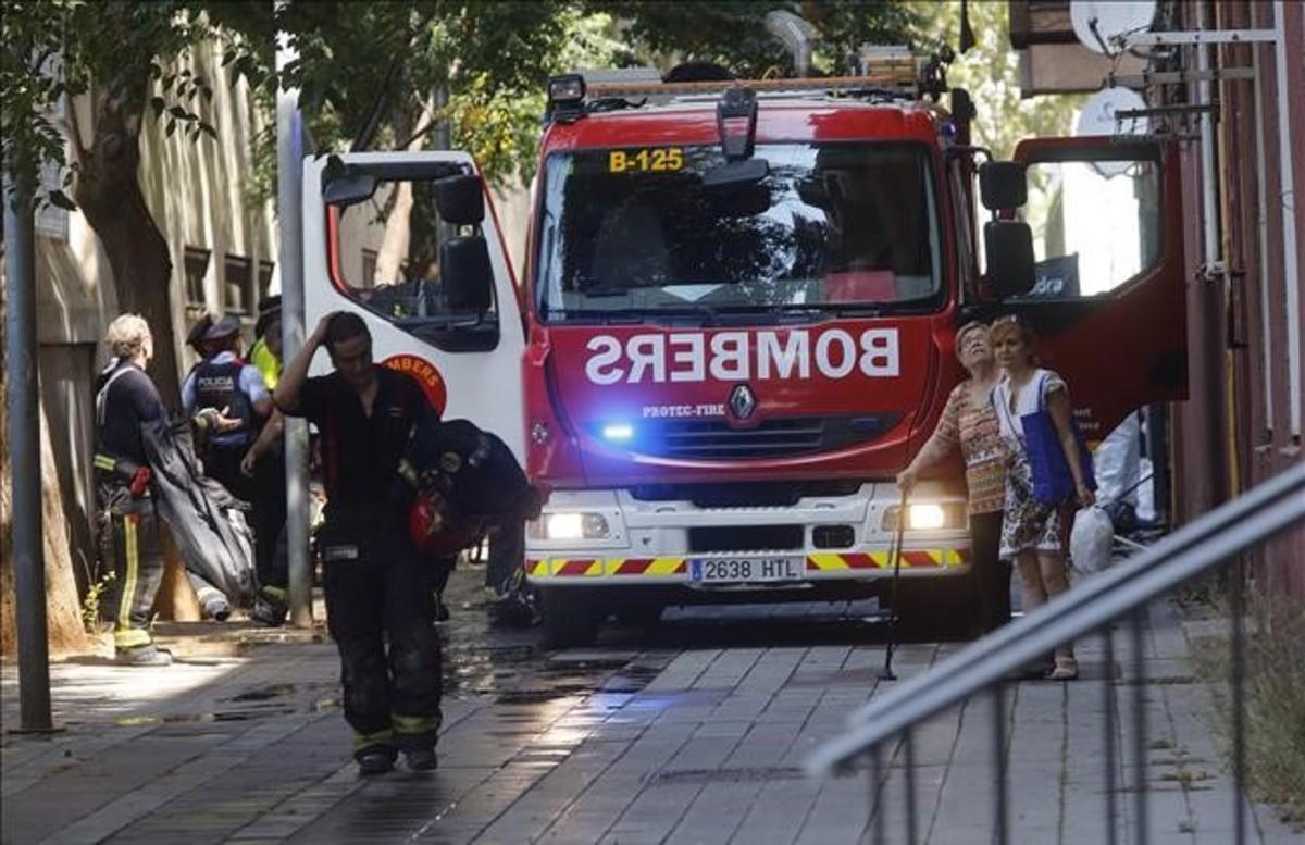Bomberos, junto al edificio en el que murieron dos niños, en el Besòs.