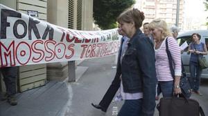 Inma Manso, con un jersey blanco con rayas rojas, entraen la Universita de Lleida para impartir una clase.