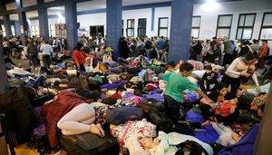 Inmigrantes venezolanos intentando ingresar a Perú.