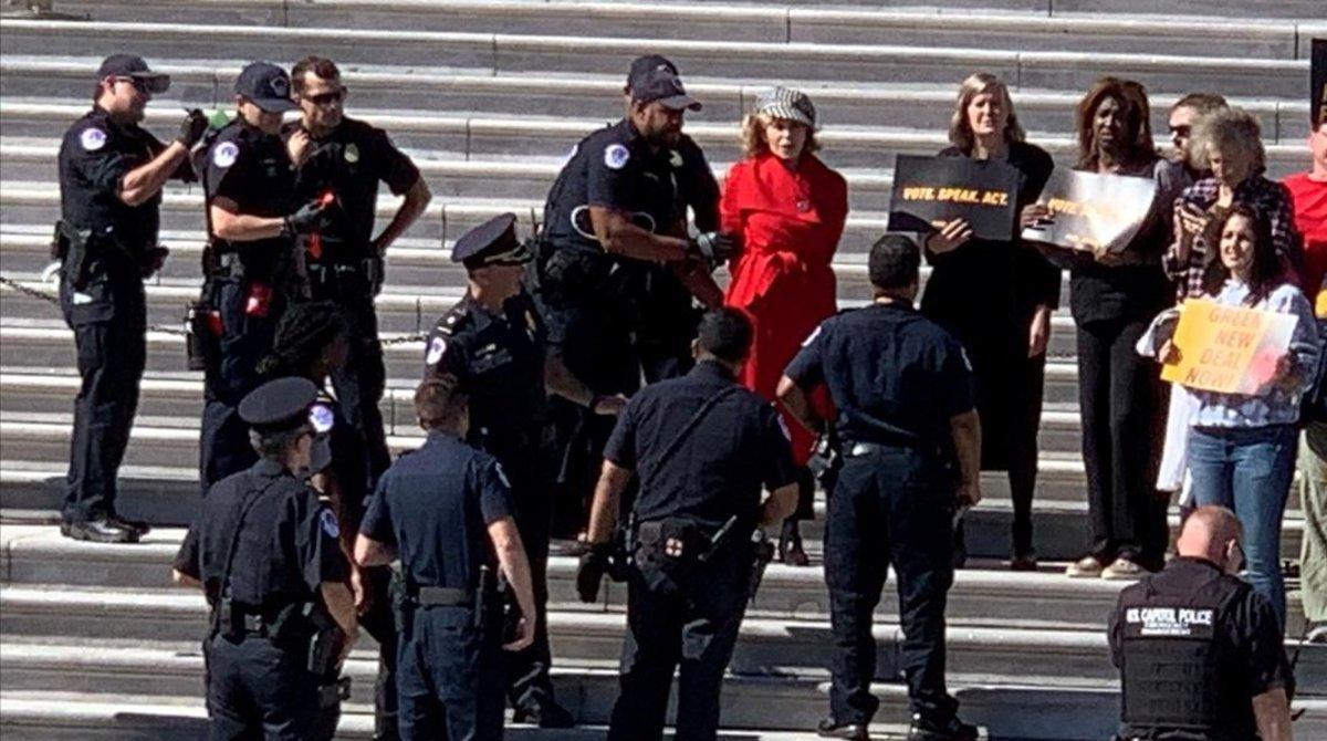 Arrestan a Jane Fonda en protesta por cambio climático