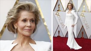 Jane Fonda luce su chapita Times Up en su Balmain blanco impoluto, con hombreras y escote cuadrado puntiagudo.