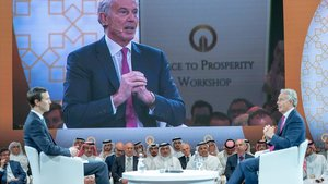 Jared Kushner conversa con Tony Blair durante la conferencia de Bahréin, este miércoles.