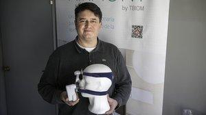Jaume Palou, de TBIOM, con el CPAP portátil Airmony.