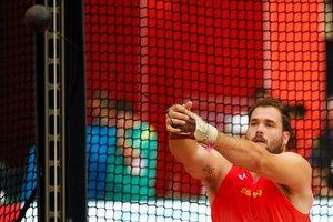 Javier Cienfuegos prepara un lanzamiento en la clasificación de martillo