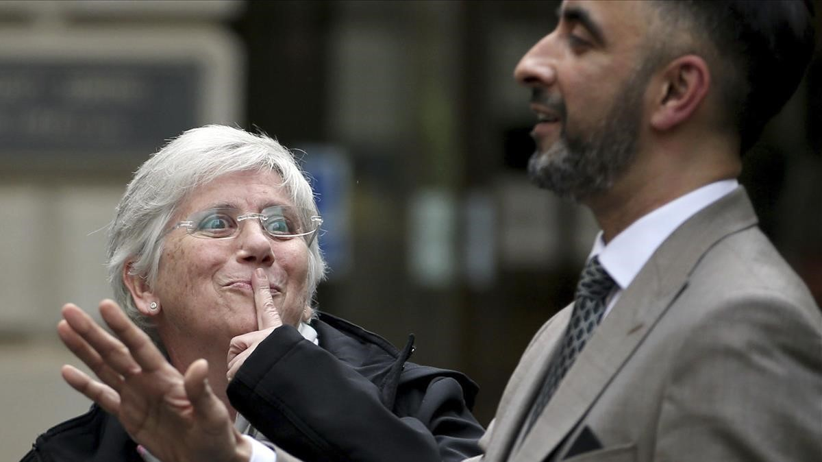La exconsellera Clara Ponsatí junto a su abogado en Escocia.