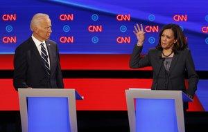 Joe Biden y Kamala Harris, durante el debate demócrata de este miércoles en Detroit.