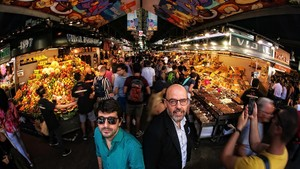Jordi Basté y Marc Artigau (izquierda), este miércoles en el mercado de la Boqueria, donde centran su nueva novela negra, Els coloms de la Boqueria.