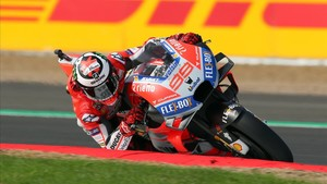 Jorge Lorenzo consigue la pole en una calificación accidentada.