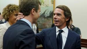 José María Aznar saluda a Pablo Casado minutos antes de comparecer ante la comisión de investigación del Congreso.