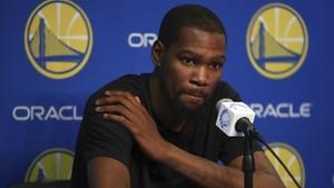 Kevin Durant explica su lesión a los medios.