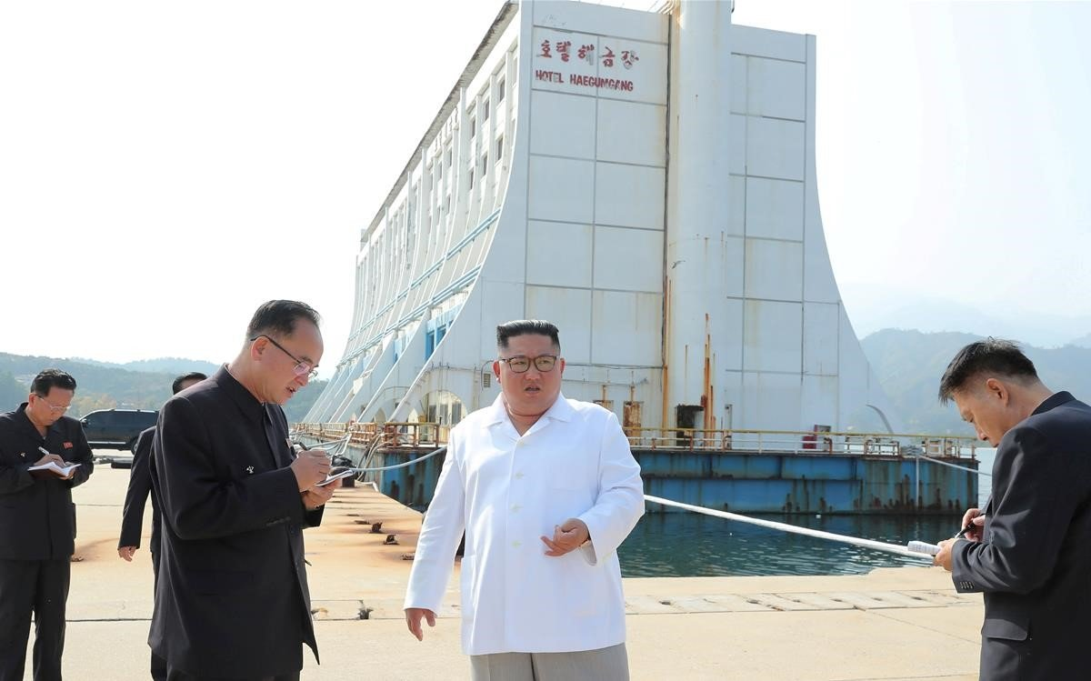 Kim inspecciona el complejo turístico Mount Kumgang en Corea del Norte en una imagen sin fecha.
