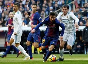 Kovacic persigue a Messi durante el primer tiempo del clásico.
