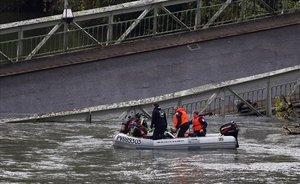Labores de rescate en el puente que ha caído en Mirepoix (Francia).