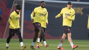 Lenglet y Umtiti, junto a Griezmann, en un entrenamiento del Barça.