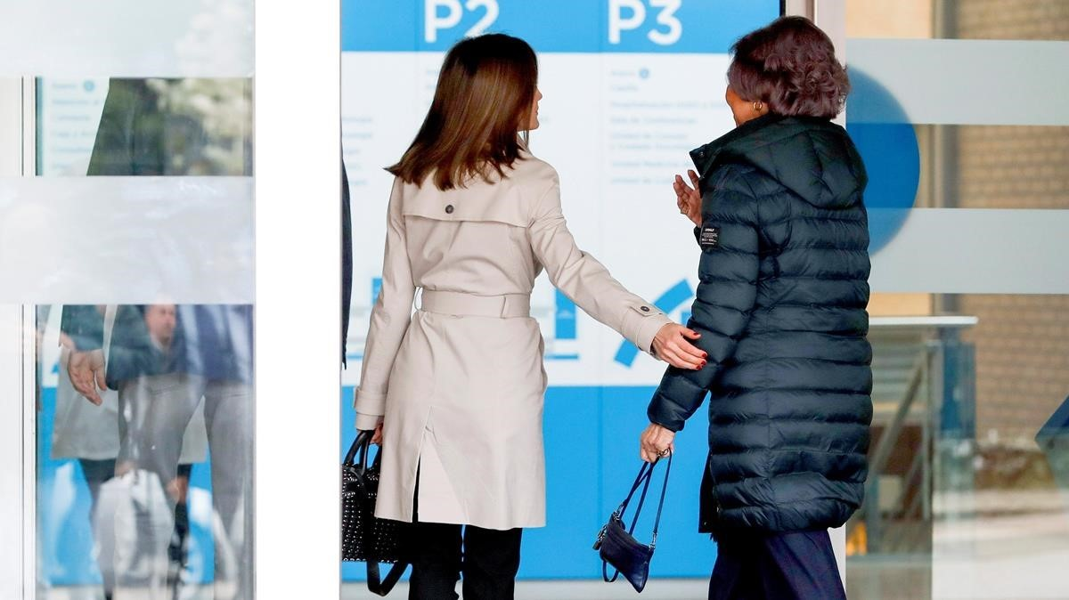 Las reinas Letizia y Sofía, en su entrada al hospital.