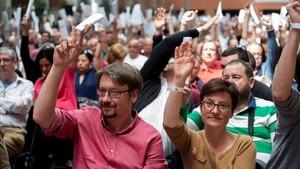 El líder de Catalunya en Comú, Xavier Domènech, y la portavoz adjunta, Marta Ribas, durante la asamblea organizativa de la formación.