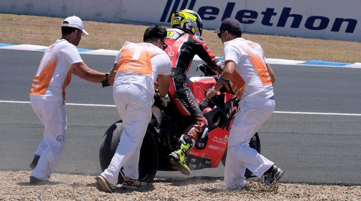Los comisarios de la primera curva de Jerez tratan de que Álvaro Bautista (Ducati) pueda regresar a la carrera tras su caída en la segunda vuelta.