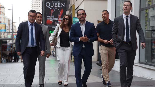 Los horarios del fútbol español, pendientes de la justicia.En la imagen, representantes y directivos de la Real Federación Española de Fútbol (RFEF), a su llegada al Juzgado del Mercantil, en la madrileña Gran Vía.