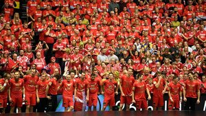 Los jugadores daneses celebran con su público el primer título mundial.