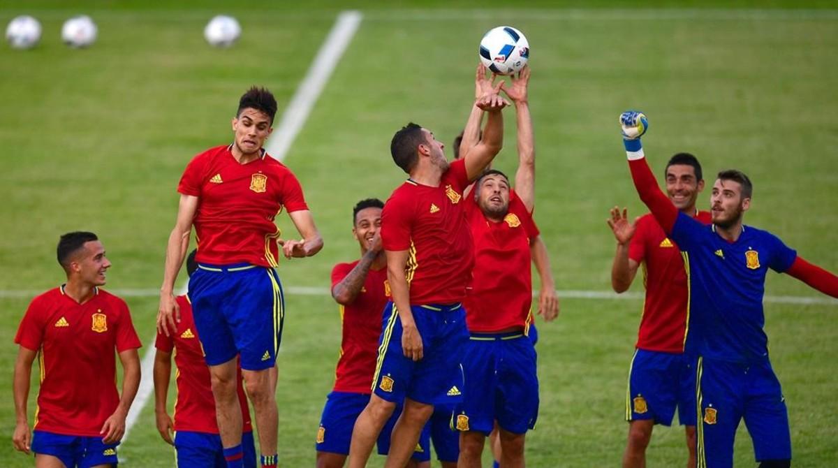 Los jugadores de la selección española, durante un entrenamiento en la isla de Ré.