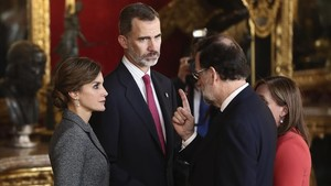 Los Reyes conversan con el presidente del Gobierno, acompañado de su mujer Elvira Fernández.